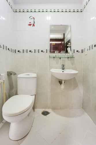BATHROOM OYO 498 Algers Suites