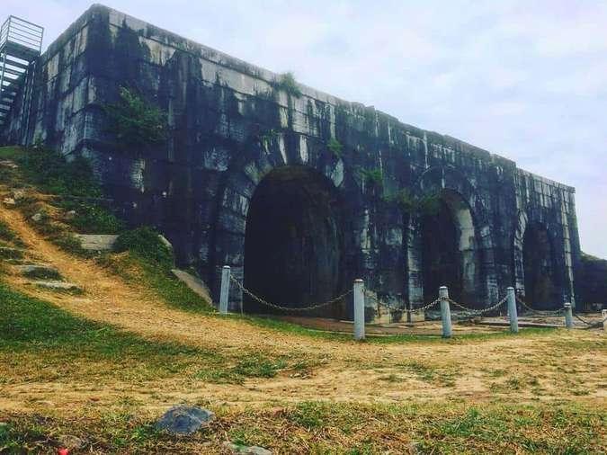 Cổng thành được dựng lên bởi những phiến đá xanh được đục khắc tinh xảo