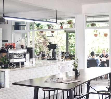10 Cafe di Malang yang Keren untuk Tempat Nongkrong, Erika Silviana