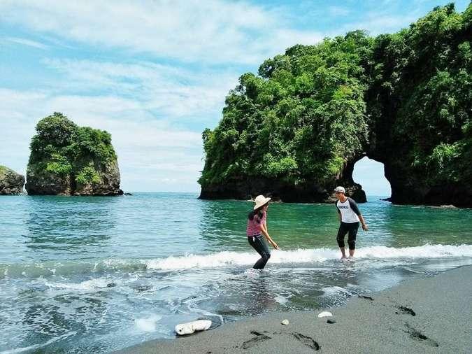 17 Pantai Di Malang Yang Memiliki Panorama Unik