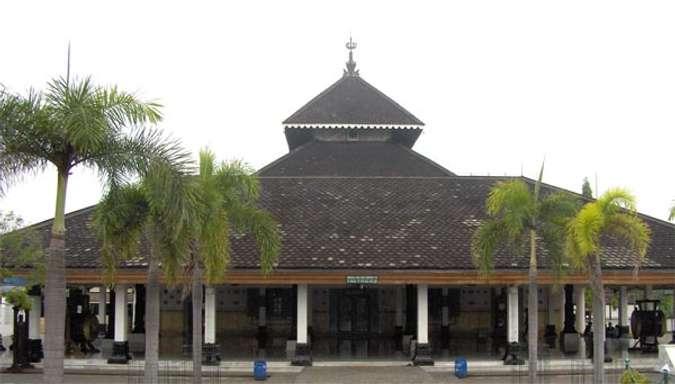 Wisata Ke Masjid Agung Sumber