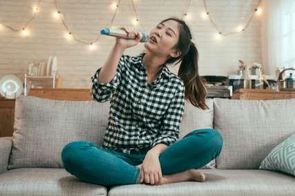 7 Lagu Karaoke yang Cocok untuk Sing Along Selama WFH
