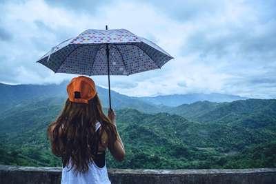 7 Tips Liburan Musim Hujan, Tak Cukup Hanya Sedia Payung!, Haris Prahara