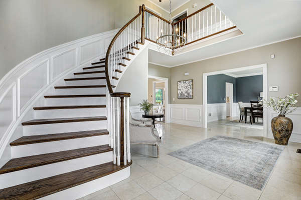 WELCOMING AND DRAMATIC ENTRY FOYER