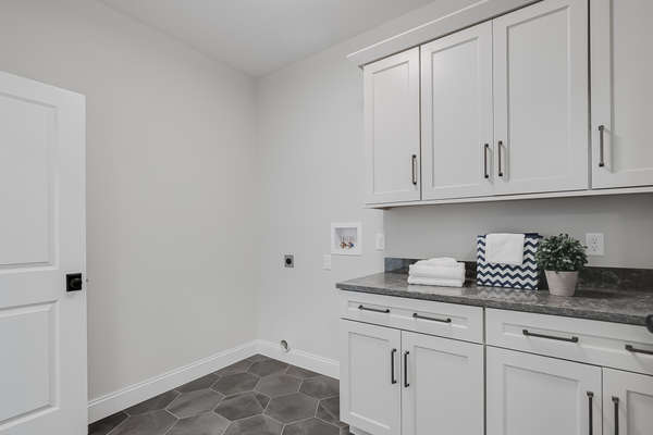 Laundry/Mud Room with Cabinetry and Countertop