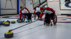 Kerekesszékes curling: dinamikus stratégiai csapatjáték