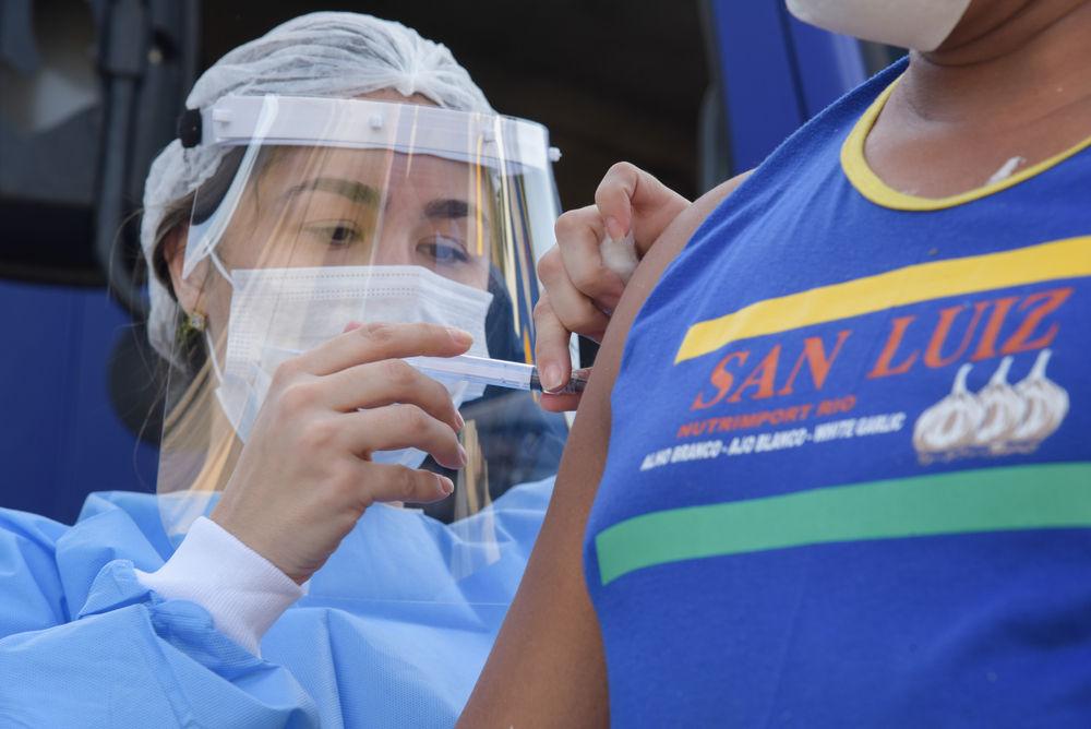 Desde 1975, brasileiros são obrigados a receber uma série de vacinas para garantir a saúde pública. (Fonte: Shutterstock)