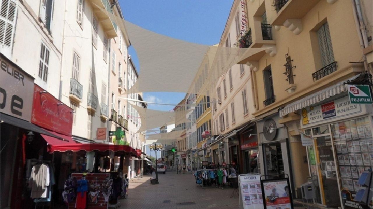 Photo du projet Mise en œuvre de voiles tendues sur les avenues piétonnes du centre-ville d'Hyères-Les-Palmiers