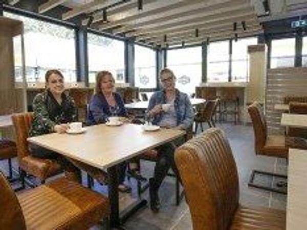 Bezoekers in lunchroom De Buren