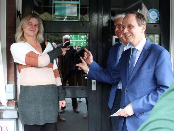 Burgemeester Ederveen reikt de eerste toegankelijkheidssticker uit aan de beheerster van restaurant Onsz