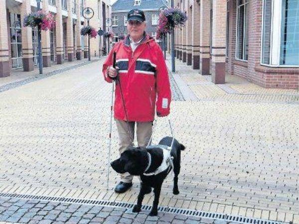 Jan van Gennip met zijn geleidehond