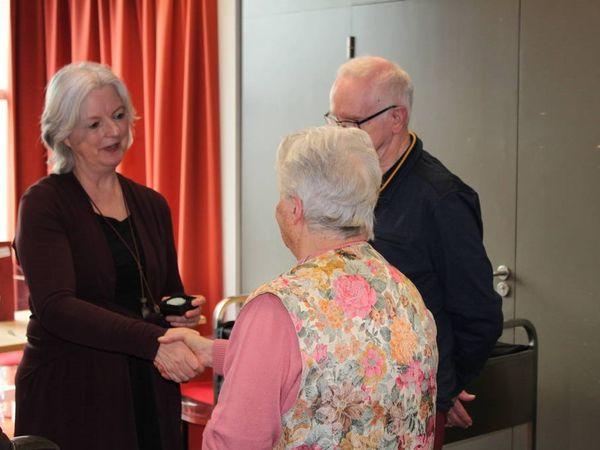 Wethouder Mieke Theus reikt de vrijwilligerspenningen uit aan Marijke van der Wolde en Jan Kok