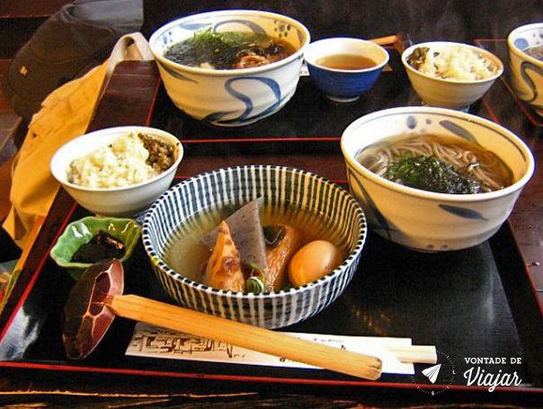 Kyoto - Comida em Ohara sopa com massa de peixe nabo ovo e arroz com um tipo de alga