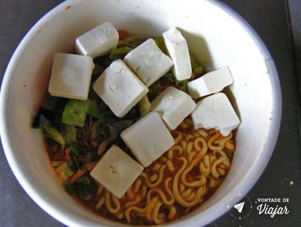 Kyoto - Cup noodles com ervas secas tofu desidratado e molho apimentado