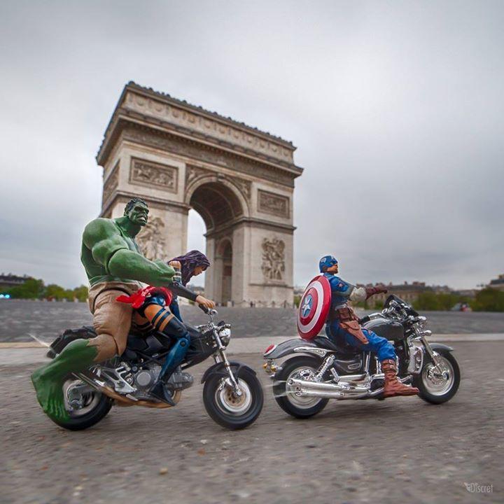 Super heróis no Arco do Triunfo