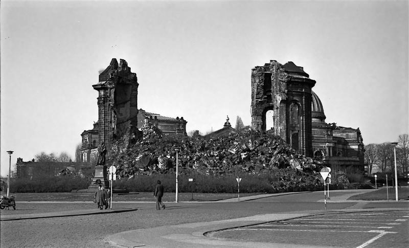 Dresden - As ruinas da Frauenkirche em abril de 1975