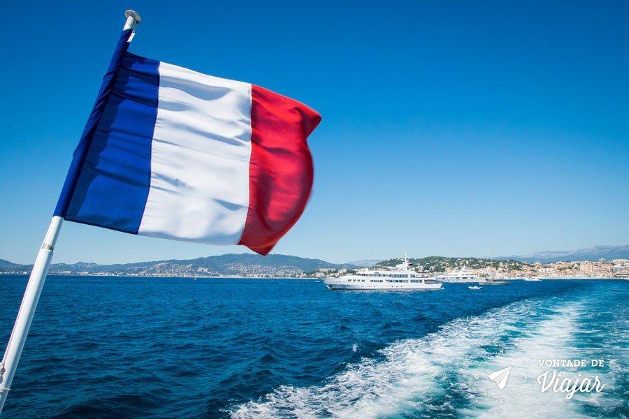riviera-francesa-bandeira-da-franca-no-barco-para-a-ile-de-saint-margarite