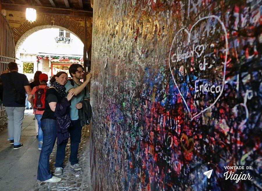 Romeu e Julieta História - Coracoes rabiscados na parede