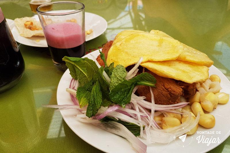 Comidas tipicas do Peru - Chincharron com chicha morada no Vale Sul de Cusco