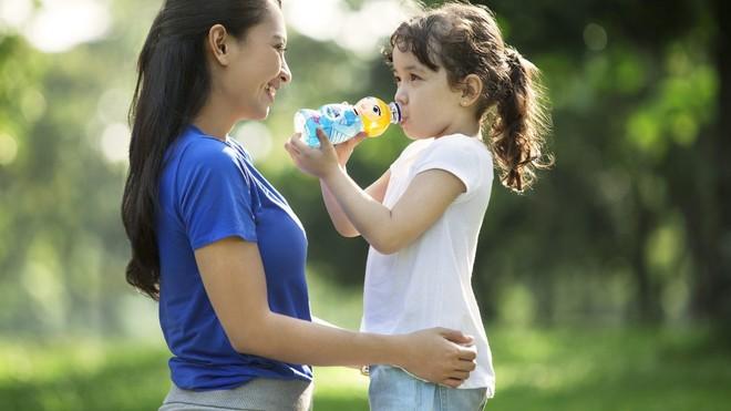 Anak Susah Minum Air Putih? Atasi dengan 4 Langkah Berikut Ini!