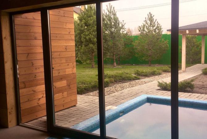 Вікна REHAU над басейном