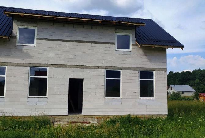 Білі вікна в будинку