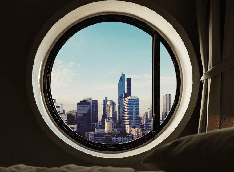Кругле вікно в багатоповерхівці