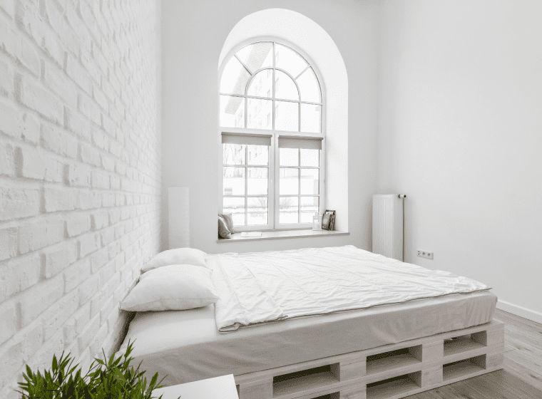 Арочне вікно в спальній