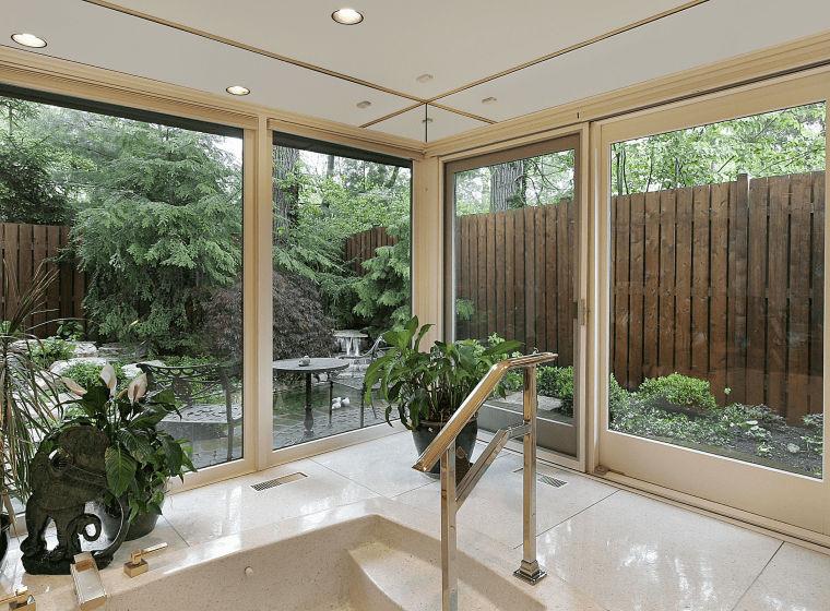 Панорамні двері в будинку