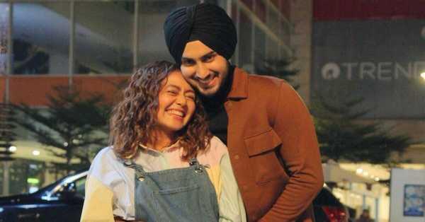 Is Neha Kakkar pregnant? flaunts baby bump in new pic with Rohanpreet Singh!