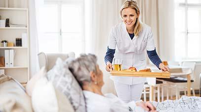 cuidadora-a-domicilio-atendiendo-a-una-anciana