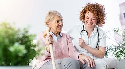 cuidadora-ayudando-a-una-anciana