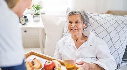 cuidadora-dando-de-comer-a-una-anciana