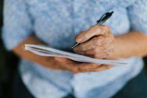 persona mayor estimulando memoria