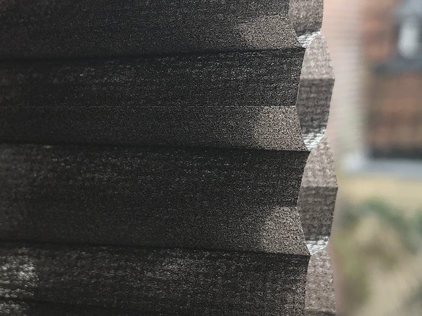 honingraat structuur op taupebruin dubbele plisse