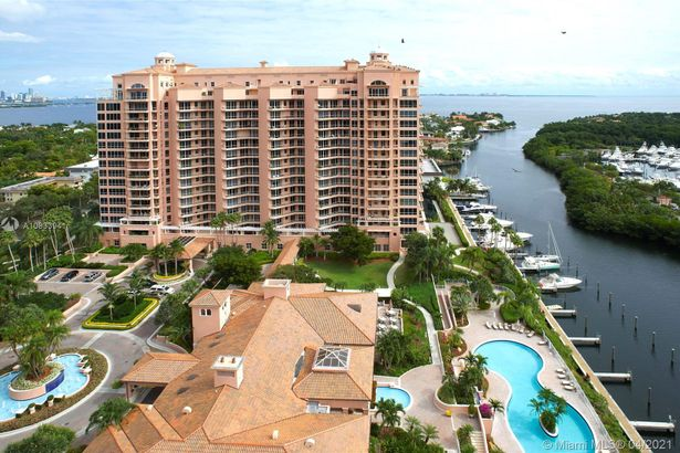 10 Edgewater Dr #4A/3A