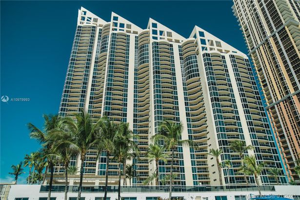 17555 Collins Ave #1006