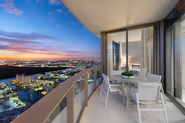 15701 Collins Ave #4305