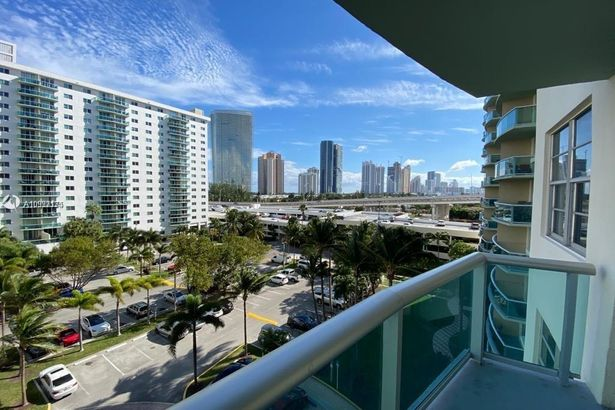 19390 Collins Ave #514