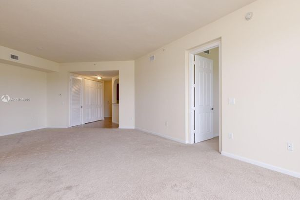 3500 Oaks Clubhouse Dr #406