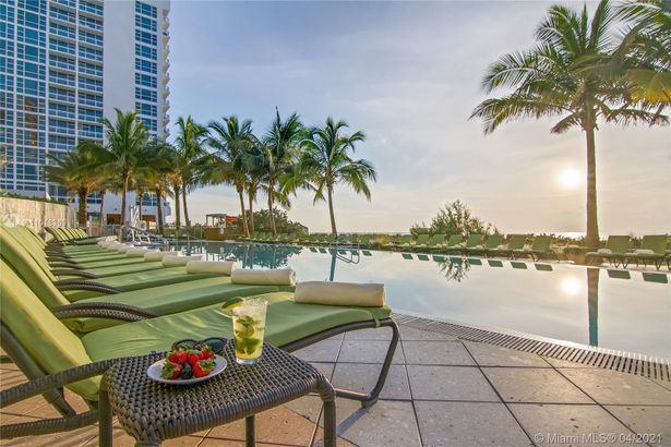 6899 Collins Ave #1405