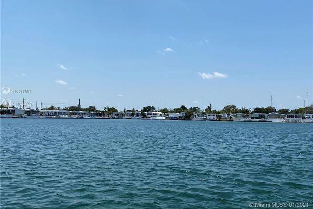 212 W Lake Dr