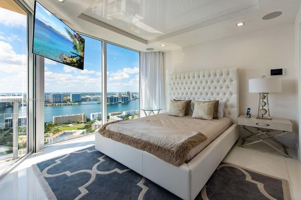 17555 Collins Ave - 2,274 FT2* #TS-1 Roof Terrace