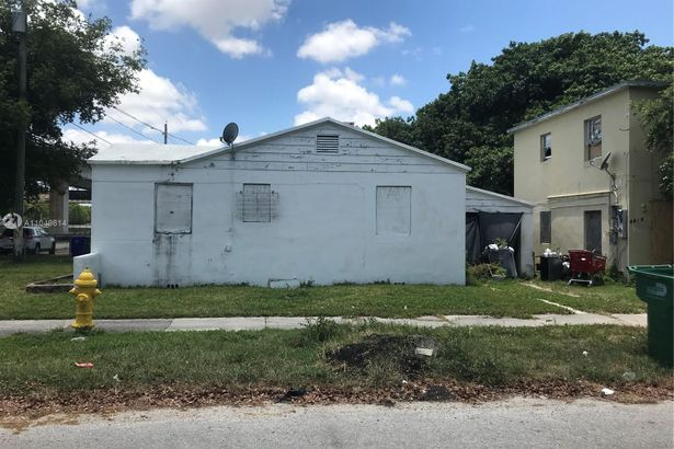 1301 NW 40th St