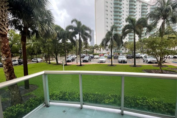 19390 Collins Ave #122