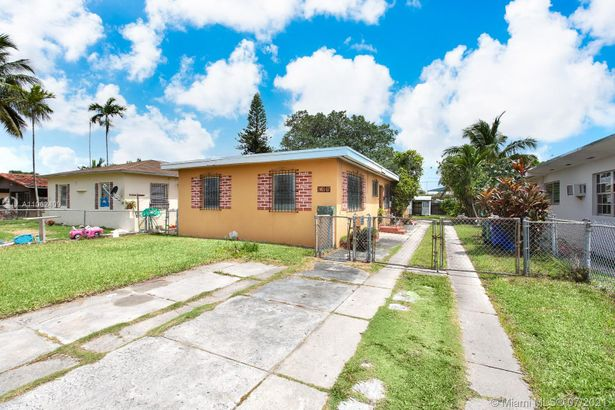 2465 NW 35th St