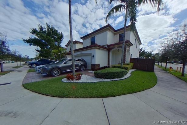 10086 NW 89th Ter