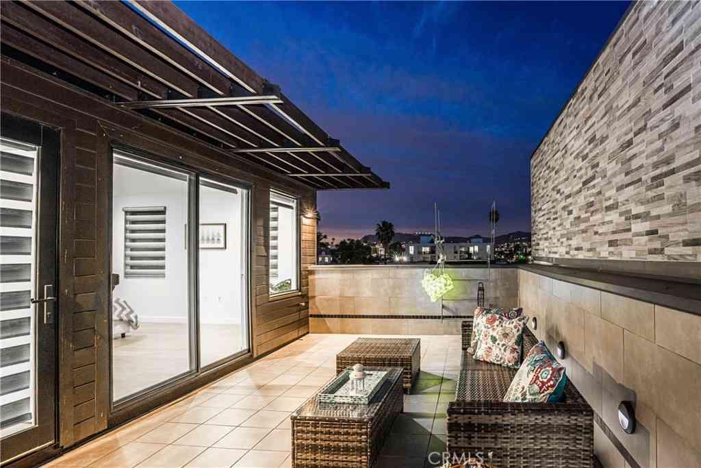 119 N Manhattan Place, Los Angeles, CA, 90004,