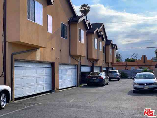 445 W 70th Street, Los Angeles, CA, 90003,