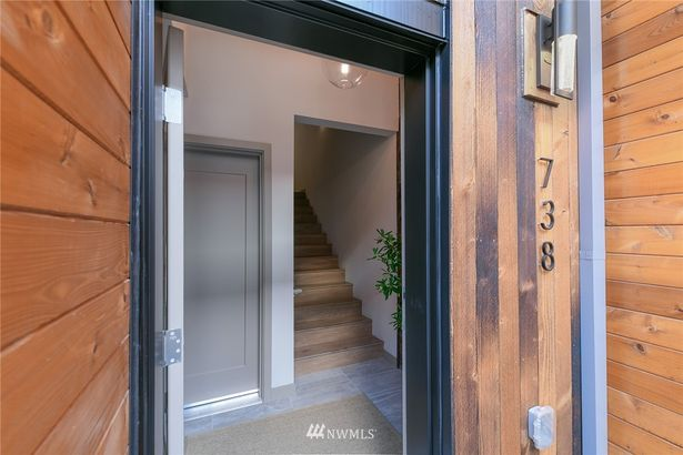 738 Hanami Lane NE